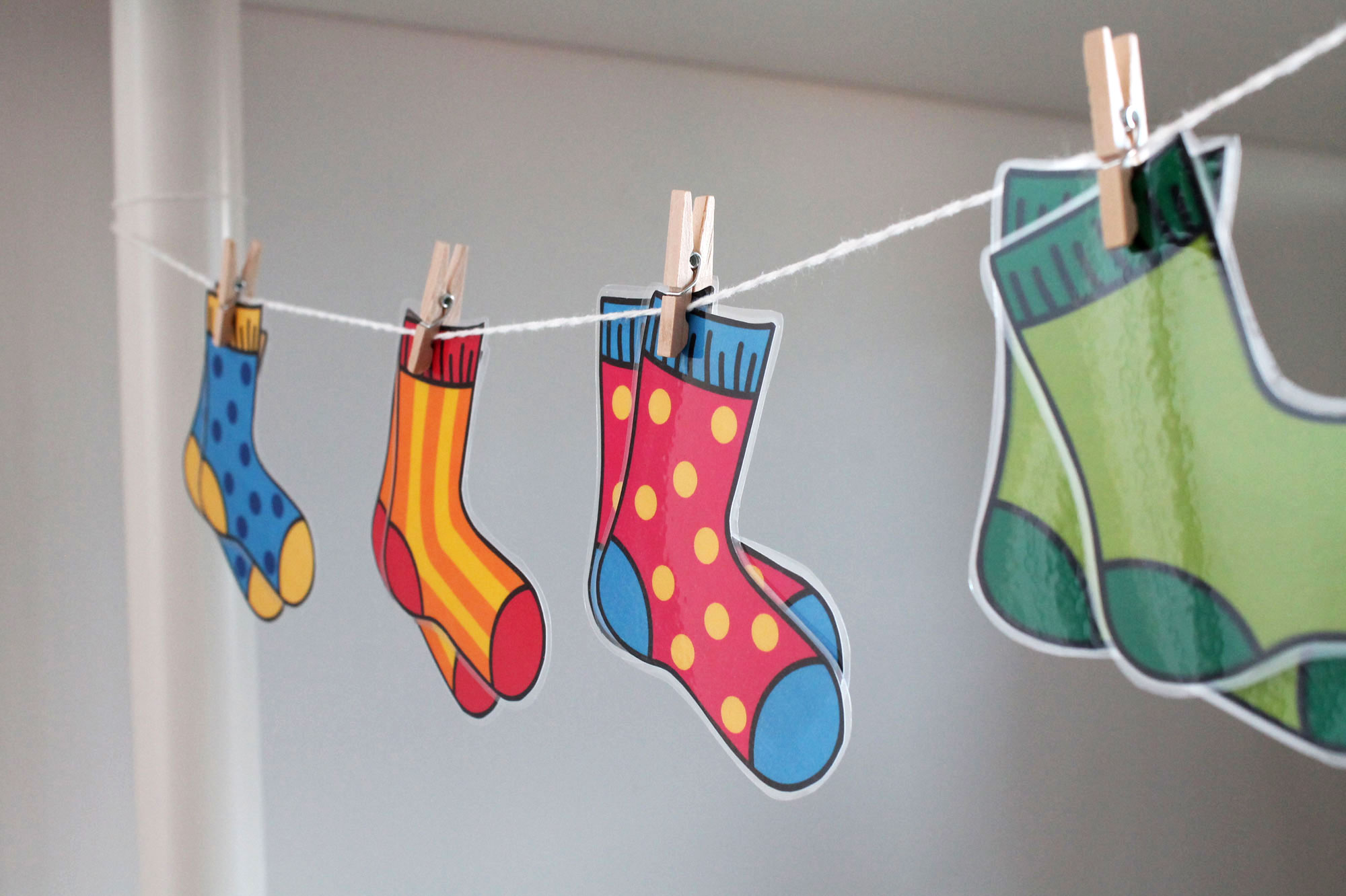 free printable matching socks game - color matching activity for toddlers and preschoolers